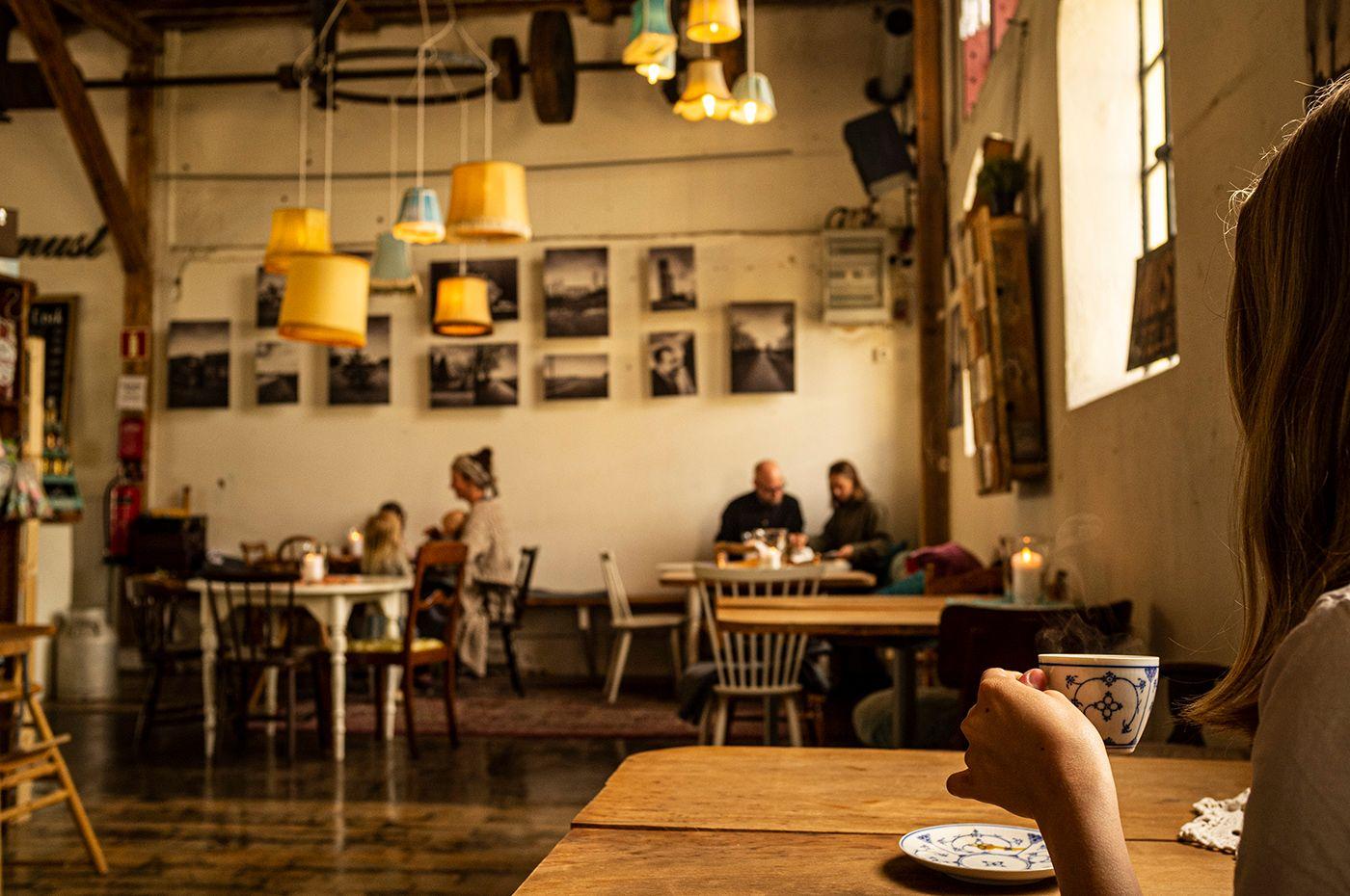Flicka njuter av en god kopp kaffe på Musteriet i Mjöhult
