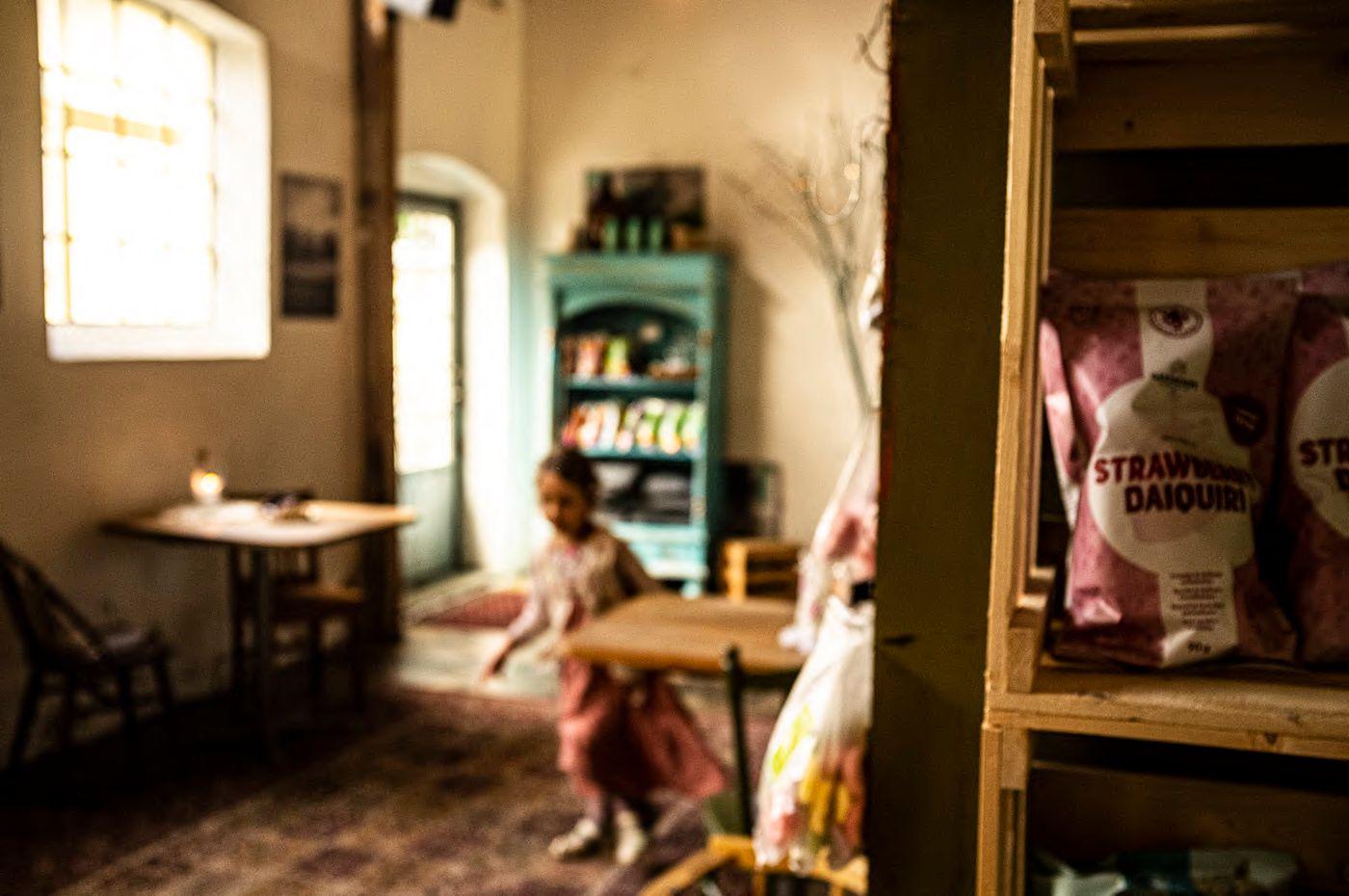 Söt flicka brevid en hylla med chips på Fikeriet i Mjöhult