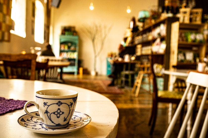 På Kullamust serverar vi kaffe i finporslin, allt för den där hemtrevliga känslan på utflyckten