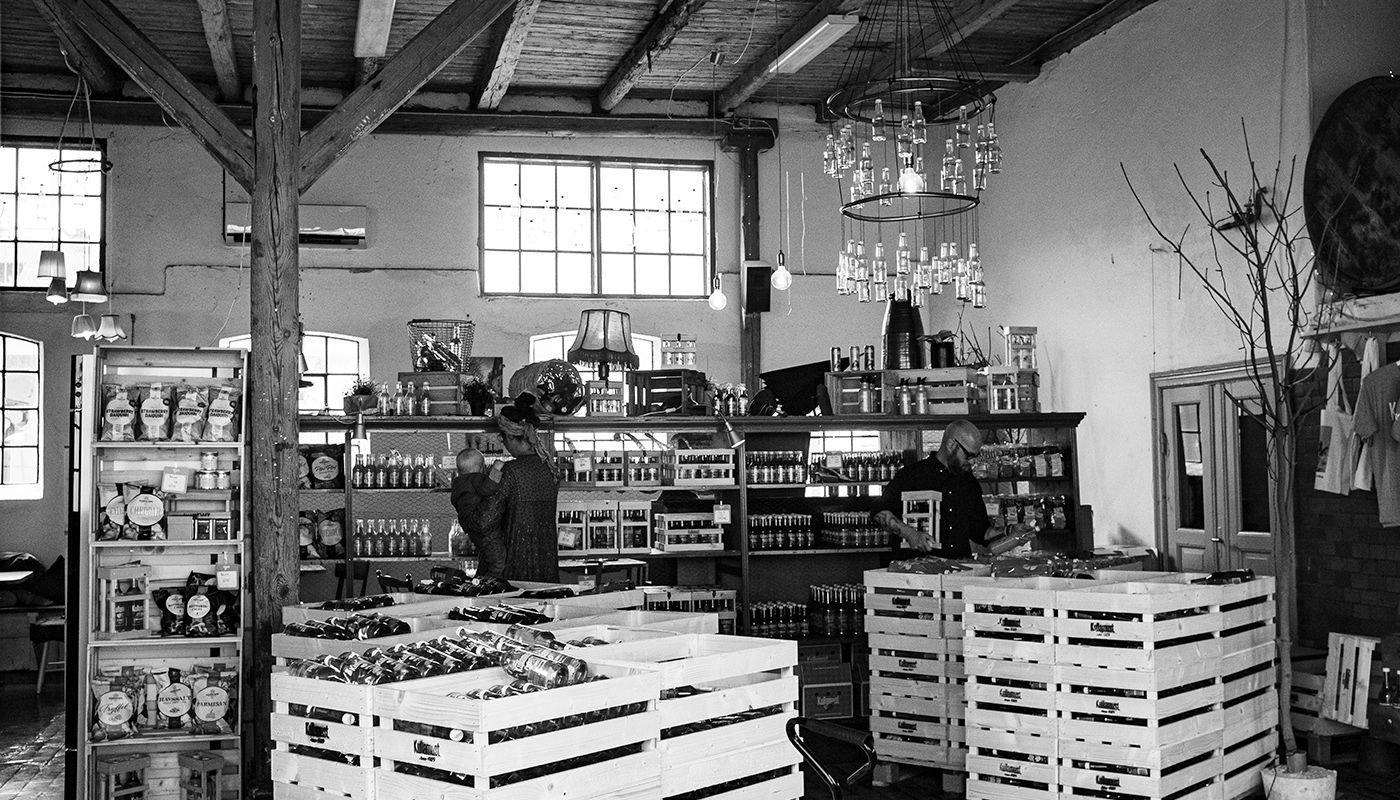 Svart vit bild på en mysigt inredd butik, som säljer äppelmust i Kullabygden